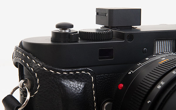 Leica M Monochrom and FlashQ close up with Arte di Mano case and Artisan Obscura soft release